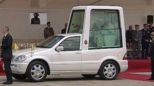 Paavi Benediktus XVI istuu paavimobiilissaan