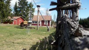 Vinttikaivo, vanhat kärryt ja pisteaita koristavat Eemilän kotimuseon pihaa Humalajoella.