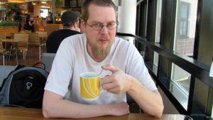 Mies kahvilla