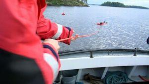 Järvipelastajat harjoittelevat vedestä pelastamista.
