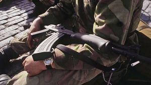 Kuvassa sotilaan sylissä rynnäkkökivääri.
