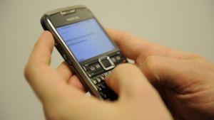 Kännykällä kirjoitetaan tekstiviestiä.