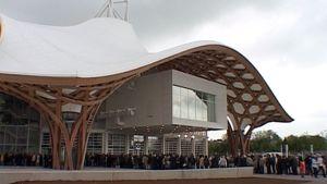 Ihmiset jonottavat Metzin Pompidou-keskukseen