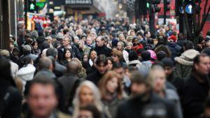 Tuhansittain ihmisiä kävelee Lontoon Oxford Streetillä.