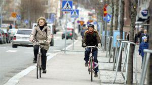 Polkupyöräilijät pyörätiellä