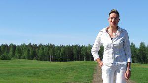 Golfari Tiina Ilmakangas Pilkon golfkentällä.