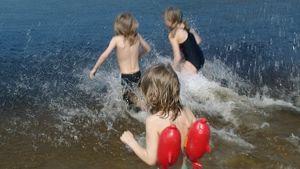 Lapsia uimassa