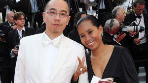 Cannesin elokuvajuhlien pääpalkinnon Kultaisen palmun voittaneen elokuvan ohjaaja Apichatpong Weerasethakul (vas.) ja näyttelijä Wallapa Mongkolprasert saapumassa palkintoseremoniaan.