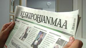Kuvassa luetaan Keskipohjanmaa-lehteä.