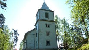 Koijärven kirkon rapistunut ulkoseinä