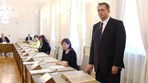 Juha Rehula vannomassa ministerinvalaansa