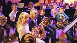 Brassblast-orkesterin nuoria käyrätorvensoittajia