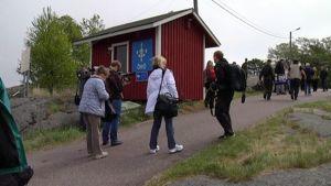 Turisteja Örön linnakesaarella.