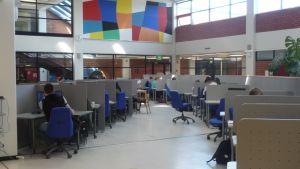 Opiskelijoita tietokoneilla Itä-Suomen yliopiston Kuopion kampuksella.