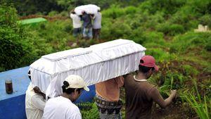 Alkuperäisasukkaat kantavat Agatha-myrskyssä menehtyneiden läheistensä arkkuja Guatemalassa.
