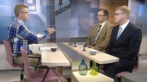 Liikenneviraston tienohjausyksikön päällikkö Jukka Karjalainen sekä Autoliiton toimitusjohtaja Pasi Nieminen Aamu-tv:n studiossa.