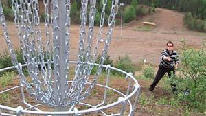 Puttaus frisbeegolfissa.