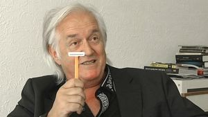 Henning Mankell esitteli SVT:lle partalöynäänsä.