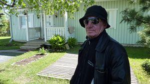 Jouko Savolainen istuu varjossa.