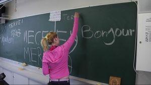 Tyttö koululuokassa.
