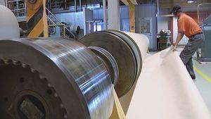 Paperin valmistusta tehtaassa