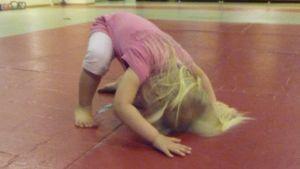 Kuvassa pikkutyttö tekee kuperkeikan