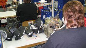 Kenkien tekoa Sievin Jalkineen tehtaalla Sievissä