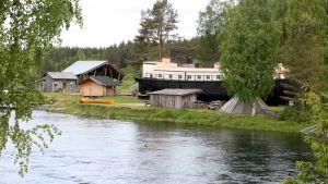 Möhkön Manta -kahvilalaiva Koitajoen rannalla.
