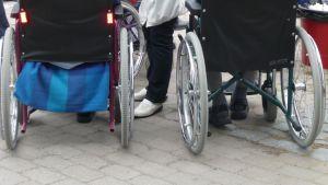 Kuvassa pyörätuoleissa olevia vanhuksia ulkoilutapahtumassa.