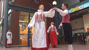 Kansantanssijoita kauppakeskuksessa.