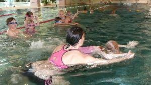 Liukuminen veden pinnalla on osa uimataitoa.