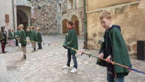 Velho-oppilaat mittaavat, kuinka vanha Turun linna on.