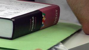 Opiskelijan sanakirja pöydällä.
