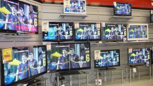 Televisioita elektroniikkaliikkeessä.