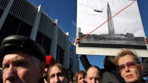 Pietarilaiset osoittavat mieltään pilvenpiirtäjää vastaan