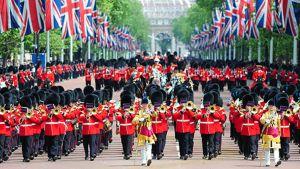 Soittokunta marssii kuningatar Elisabethin vaunujen edellä tämän virallisen syntymäpäivän kunniaksi järjestetyssä paraatissa