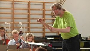 Kapellimestari Atso Almila johtaa sinfoniaorkesterin harjoituksia Kälviän musiikkileirillä.