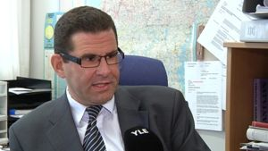 Kuvassa Kokkolan kaupunginlakimies Ben Weizmann Radio Keski-Pohjanmaan haastattelussa.