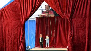 Ladia Kaiser esittää nukketeatteria.