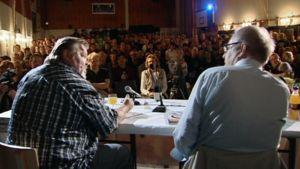 Vesa-Matti Loiri ja Peter von Bagh keskustelevat yleisön edessä Sodankylän elokuvajuhlilla.