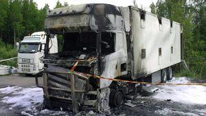 Eläinkuljetusauto paloi Nokialla.