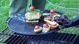 Ruokaa grillissä.