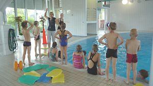 Lapset Tornion uimahallin uimakoulussa.