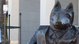 Kosiosusi-patsas Joensuun kävelykadulla.