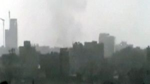 Kaupungin yllä nousee harmaata savua.