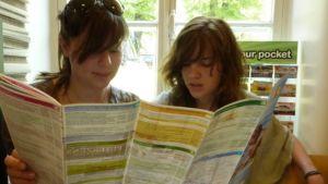 Saksalaiset siskokset Teresa ja Annika tutustuvat turkulaisiin nähtävyyksiin ja pyöräilyreitteihin.