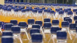 Virvoitusjuomapulloja tehtaan liukuhihnalla