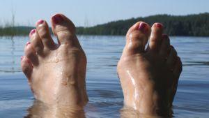 Varpaat veden pinnan yläpuolella