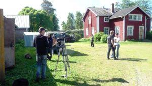 Saarenpään pihapiiri Lapuan Hellanmaassa muuttuu tv-sarjan miljööksi.