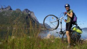 Lukas pääsee maailman ympäri neljässätoista kuukaudessa, jos hän polkee 90 kilometriä joka päivä.